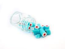 Süßigkeiten, die heraus aus dem Glas gießen Lizenzfreies Stockbild