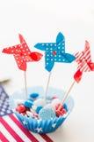 Süßigkeiten mit Feuerradspielwaren am Unabhängigkeitstag lizenzfreie stockfotografie
