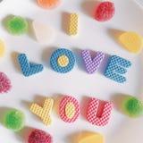 Süßigkeiten und Aufschrift ich liebe dich Rote Rose stockfoto