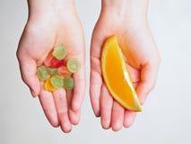 Süßigkeiten und orange Scheibe stockfotos