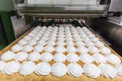 Süßigkeitenfabrik, Lebensmittelindustrieproduktion Behälter mit Eibisch oder Zefir gemacht durch automatisierte Maschinerie equip lizenzfreies stockfoto