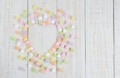 Süßigkeits-Herzen in der Herz-Form mit Kopien-Raum stockfotos