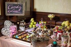 Süßigkeitsbuffet und Wüstentabelle lizenzfreies stockbild