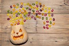 Süßigkeitsfliege aus seinen Haupt-Halloween-Kürbisen heraus Stockbild