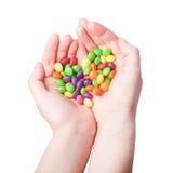 Süßigkeitsherz in den Händen auf weißem Hintergrund lizenzfreie stockfotos