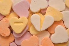 Süßigkeitsherzen Auf Wiedersehen mit einem defekten Süßigkeitsherzen Stockfotos