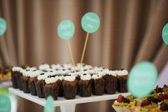 Süßigkeitskleine kuchen am glücklichen Tag Lizenzfreie Stockfotografie