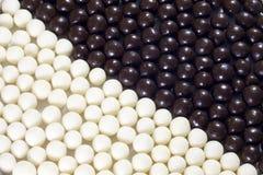 Süßigkeitsschwarzweiss-Kugelhintergrund Stockfotos