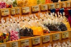 Süßigkeitsshop am Weihnachtsmarkt Stockfotografie