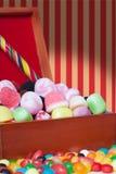 Süßigkeitzusammenstellung in einem hölzernen Kasten Stockbild