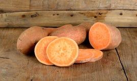 Süßkartoffel auf dem hölzernen Hintergrund Lizenzfreies Stockbild
