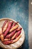 Süßkartoffel in einem Weidensieb, Nahaufnahme stockfotos