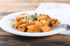 Süßkartoffel Gnocchi mit Brown-Butter und -salbei Stockfotos