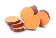 Süßkartoffel mit den Scheiben lokalisiert auf weißem Hintergrund stockbild
