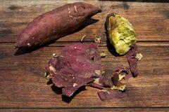 Süßkartoffel, yakimo, Goguma auf hölzernem Stockfoto