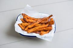 Süßkartoffeln auf einer Tabelle Stockfoto