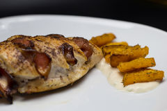 Süßkartoffeln und Hühnerbrust angefüllt mit Speck Stockbild