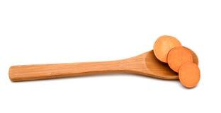 Süßkartoffelscheiben im hölzernen Löffel Lizenzfreie Stockfotografie
