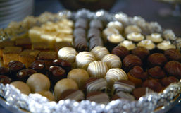 Süßwarenmischung auf Parteitabelle Lizenzfreie Stockbilder