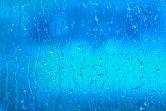 Süßwasser auf einem blauen Fenster Stockfotos
