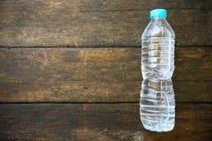Süßwasser auf hölzernem Hintergrund, Plastikwasserflasche mit blauer Kappe auf dem Holztisch, bereiten Plastik der Wasserflasche  stockfotos
