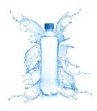 Süßwasser, das aus Flasche heraus spritzt Lizenzfreies Stockfoto