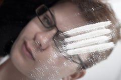 Süchtige Geschäftsfrau des Kokains und der Droge stockbild