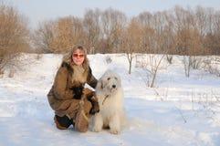 Süd der Frauen und russisches der Schäferhunde des Welpen Lizenzfreie Stockfotos