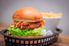 Süd-Fried Chicken Burger lizenzfreie stockfotos