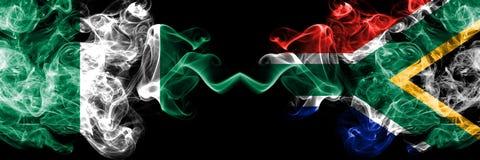 Südafrika, Afrikaner, Nigeria, nigerisch, weiß, starke bunte rauchige Flaggen des Wettbewerbs Afrika-Nationsviertelfinalefußball stockfoto
