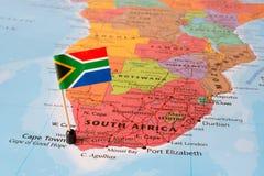 Südafrika-Karte und Flaggenstift Lizenzfreie Stockfotografie