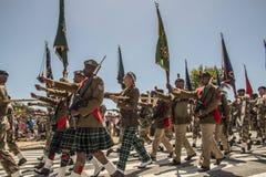 Südafrikanische Armee marschiert in Bildung, in tragende Gewehre und in Flaggen lizenzfreie stockfotografie
