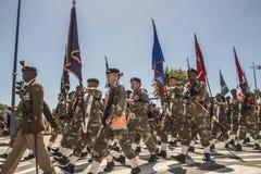Südafrikanische Armee marschiert in Bildung, in tragende Gewehre und in Flaggen Stockbilder