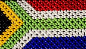 Südafrikanische Flagge gemacht von den Perlen in Stamm Zulu stockbilder