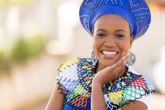 Südafrikanische Frau draußen Stockfotografie