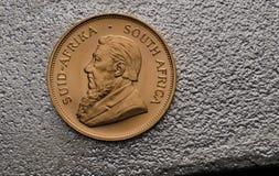 Südafrikanische Goldmünze Krugurand auf Silberbarren Stockfotografie
