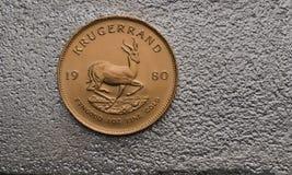 Südafrikanische Goldmünze Krugurand auf Silberbarren Lizenzfreie Stockfotografie