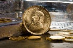 Südafrikanische Goldmünze mit Silberbarren Stockbild