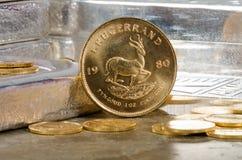 Südafrikanische Goldmünze mit Silberbarren Lizenzfreies Stockfoto