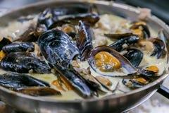 Südafrikanische Meeresfrüchte-Miesmuscheln in einer sahnigen Soße Stockfotos