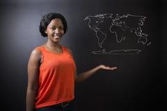 Südafrikanische oder Afroamerikanerlehrerin oder -geschäftsfrau mit Weltgeographiekarte Stockfotos