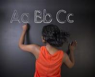 Südafrikanische oder Afroamerikanerlehrerin oder -student lernen, dass Alphabet Schreiben schreiben Lizenzfreie Stockfotografie