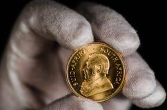 Südafrikanischer Goldmünze-Weiß-Handschuh Stockbilder