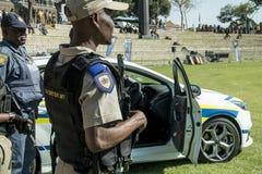 Südafrikanischer Polizeidienst - Polizisten mit Gewehren Lizenzfreie Stockfotos