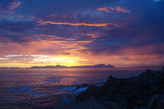 Südafrikanischer Sonnenuntergang über dem Meer Stockfotografie