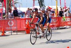 Ironman triathletes, die auf Tandem einen Kreislauf durchmachen Lizenzfreies Stockfoto