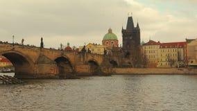 Südansicht von Charles Bridge in Prag stock footage