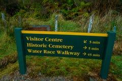 SÜDinsel, NEUSEELAND - 19. MAI 2017: Ein informatives Holzschild Wasserrenngehweg Nationalparks, auf dem Süden Stockbilder
