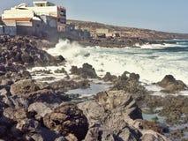 Südküste von Teneriffa mit Lavafelsenstrand- und -lavafelsen auf kommender Flut mit Wellen lizenzfreie stockfotos