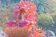 SÜDKOREA - 31. Oktober: Tänzer in den bunten Kostümen nehmen teil Lizenzfreies Stockfoto